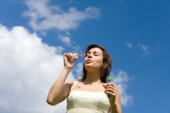 Burbujas de jabón de la muchacha que soplan Fotos de archivo