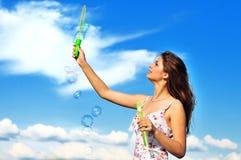 Burbujas de jabón de la muchacha que soplan adolescente Foto de archivo libre de regalías
