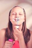 Burbujas de jabón de la muchacha que soplan adolescente feliz Imagen de archivo libre de regalías