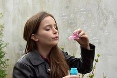 Burbujas de jabón del adolescente que soplan Imagen de archivo libre de regalías
