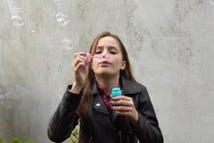 Burbujas de jabón del adolescente que soplan Fotos de archivo