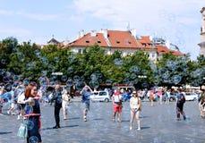 Burbujas de jabón del día de fiesta en la calle en Praga Imágenes de archivo libres de regalías