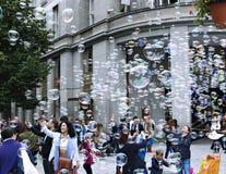 Burbujas de jabón del día de fiesta en la calle en Praga Imagenes de archivo