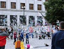Burbujas de jabón del día de fiesta en la calle en Praga Fotografía de archivo libre de regalías