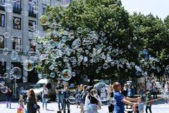 Burbujas de jabón del día de fiesta en la calle en Praga Fotos de archivo libres de regalías