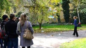 Burbujas de jabón del ejecutante de la calle que soplan en Praga Fotografía de archivo libre de regalías