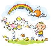 Burbujas de jabón del niño que soplan