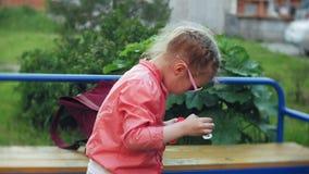 Burbujas de jabón del niño que soplan feliz en parque de la primavera almacen de metraje de vídeo