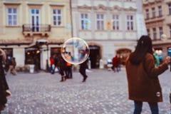 burbujas de jabón del vuelo en Praga Imagen de archivo