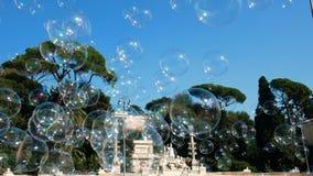 Burbujas de jabón en Piazza del Popolo, Roma almacen de metraje de vídeo