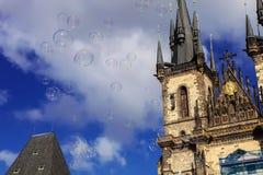Burbujas de jabón grandes debajo ayuntamiento viejo en Praga, checa con referencia a foto de archivo libre de regalías