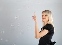 Burbujas de jabón hermosas jovenes del retén de la muchacha foto de archivo