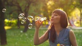 Burbujas de jabón de la mujer que soplan almacen de video