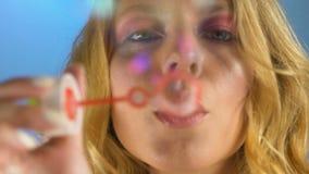 Burbujas de jabón de la mujer que soplan elegante, sueños coloridos, momentos felices y memorias almacen de video
