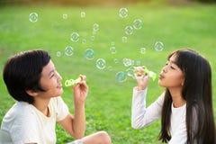 Burbujas de jabón que soplan Foto de archivo