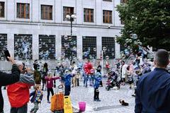Burbujas de jabón del día de fiesta en la calle en Praga Foto de archivo