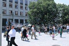 Burbujas de jabón del día de fiesta en la calle en Praga Fotos de archivo