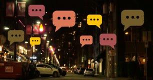 Burbujas de la charla sobre ciudad de la noche Imagenes de archivo