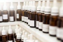 Burbujas de la fragancia del laboratorio de la perfumería con aceites del aroma foto de archivo libre de regalías