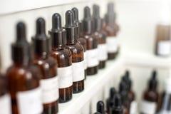 Burbujas de la fragancia del laboratorio de la perfumería con aceites del aroma imágenes de archivo libres de regalías