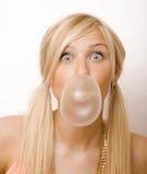 Burbujas de la goma de la mujer que soplan bastante rubia Fotografía de archivo