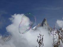 Burbujas de la montaña y de jabón Fotos de archivo libres de regalías