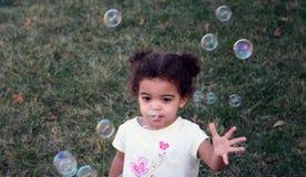 Burbujas de la muchacha del niño Foto de archivo