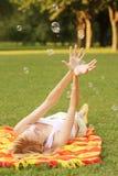 Burbujas de la mujer y de jabón Fotos de archivo libres de regalías