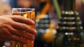 Burbujas de levantamiento en un vidrio de cerveza metrajes