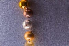 Burbujas de plata y de oro de la Navidad Fotografía de archivo