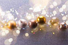 Burbujas de plata y de oro de la Navidad Imágenes de archivo libres de regalías