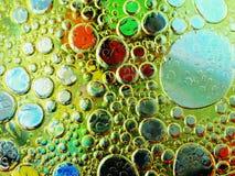 Burbujas del aceite de oliva en cierre del agua para arriba Fotos de archivo libres de regalías