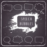 Burbujas del discurso y del pensamiento en fondo de la pizarra. Imagenes de archivo