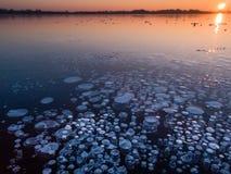 Burbujas del metano en hielo imagen de archivo