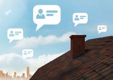 Burbujas del perfil de la charla sobre el tejado y la ciudad Fotos de archivo