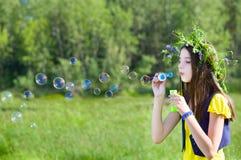 Burbujas del soplo de la muchacha Foto de archivo libre de regalías