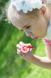 Burbujas del soplo de la muchacha Imagen de archivo libre de regalías