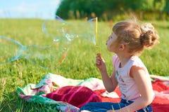 Burbujas del soplo de la muchacha Fotografía de archivo libre de regalías