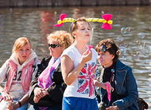 Burbujas del soplo de la muchacha en el festival Imagenes de archivo