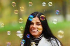 Burbujas del soplo de la mujer del otoño Imágenes de archivo libres de regalías