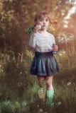 Burbujas del soplo de la niña Fotografía de archivo