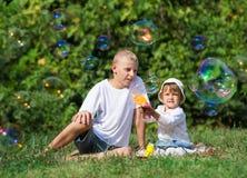 Burbujas del soplo de los niños Fotografía de archivo