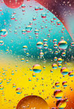 Burbujas en agua, colores del aceite del arco iris Imagenes de archivo