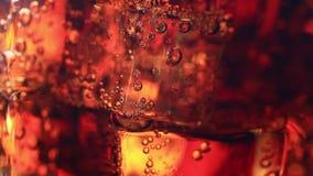 Burbujas en el vidrio de soda almacen de metraje de vídeo