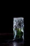 Burbujas en un vidrio en fondo negro Foto de archivo libre de regalías