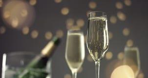 Burbujas festivas en un vidrio de vino espumoso almacen de video