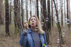 Burbujas hermosas de la muchacha y de jabón Imagenes de archivo