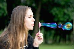 Burbujas hermosas del soplo de la muchacha Imágenes de archivo libres de regalías