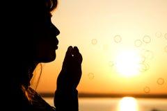 Burbujas hermosas del soplo de la muchacha en la naturaleza Imagen de archivo