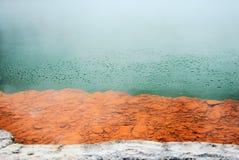 Burbujas hidrotérmicas en la primavera colorida de Champagne Pool Fotografía de archivo